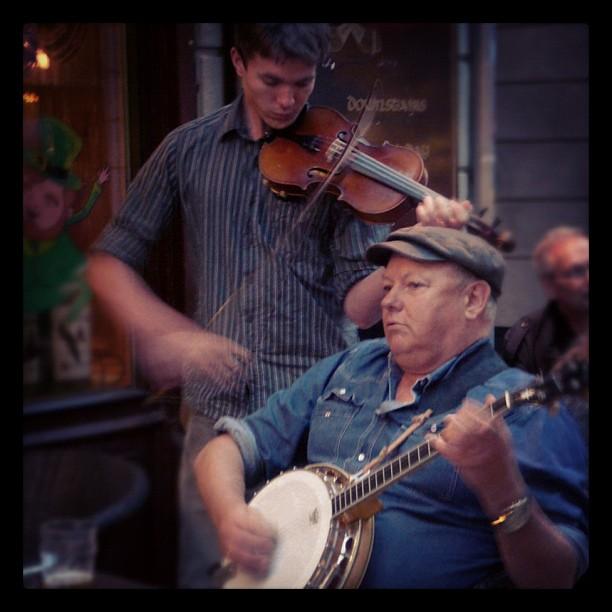 Músicos #music #música #violin #banjo #Estocolmo #Suecia #sweden #Stockholm desde instagram